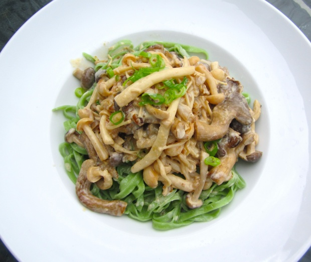 Spinach Linguini With Mushrooms In White Wine And Cream
