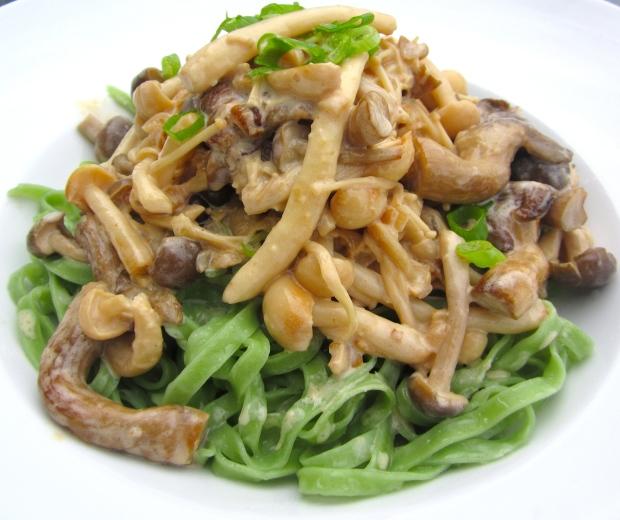 Spinach Linguini With Mushrooms In White Wine And Cream