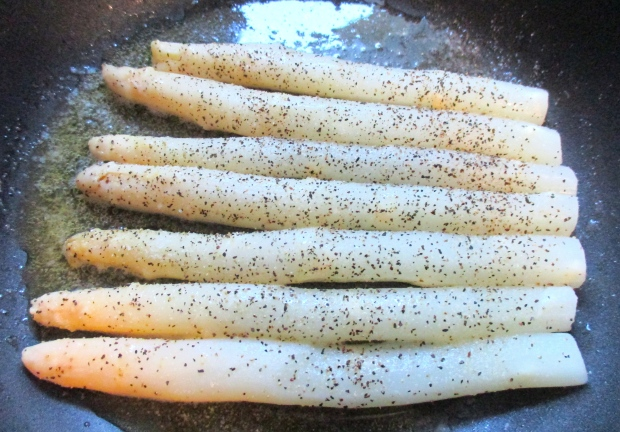 season white asparagus spears with kosher salt and freshly ground black pepper (I usually don't use black pepper on light food, but here it belongs), when warm, remove and reserve