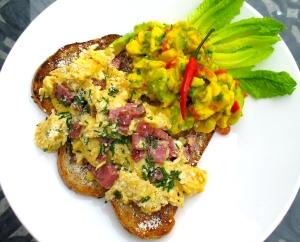 BREAKFAST OF CHAMPIONS # 46 –  Huevos revueltos y guacamole con queso blanco ( Scrambled eggs, Guacamole, fresh cheese