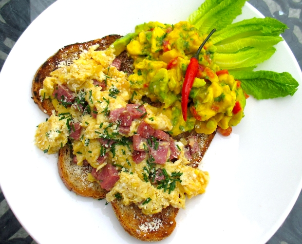 BREAKFAST OF CHAMPIONS # 46 –  Huevos revueltos y guacamole con queso blanco ( Scrambled eggs, Guacamole, fresh cheese
