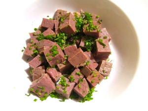 place corned beef and finely sliced chives in serving dish