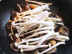 add seafood mushrooms, remove from heat, mix well, check / adjust seasoning