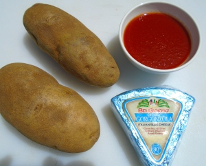 Potatoes, tomato sauce, gorgonzola