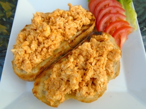 spread cheese mixture generously on the bread, sprinkle with caraway seed, chives and sliced onions, accompany with sliced tomato or radish
