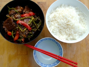 sprinkle beef with lightly toasted sesame seeds, serve with steamed rice (Fan)