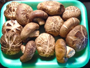 thoroughly wash 1 pck ( 10 oz) fresh flower mushrooms - huāgū (花菇)