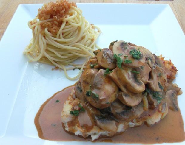 Jägerschnitzel Vom Huhn Mit Pasta Und Schmelze - Chicken Cutlet Hunter Style